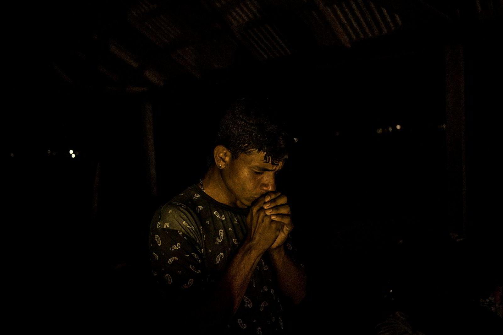 En venezuelansk migrant ber i natten, på vei mellom Pacaraima og Boa Vista i det nordlige Brasil.