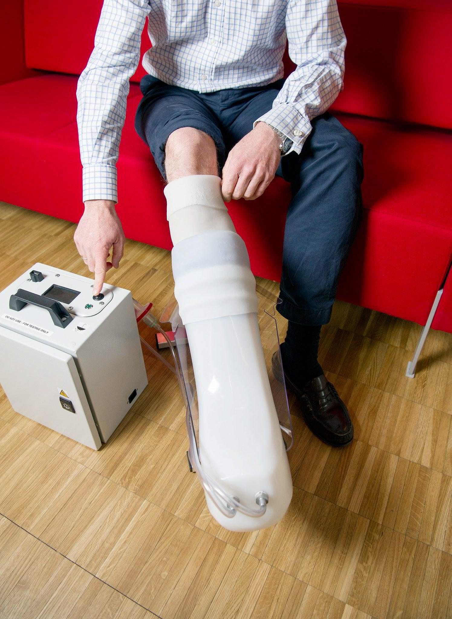FlowOx-støvelen lukker seg rund leggen og fungerer som en sugepumpe som gir økt blodsirkulasjon.