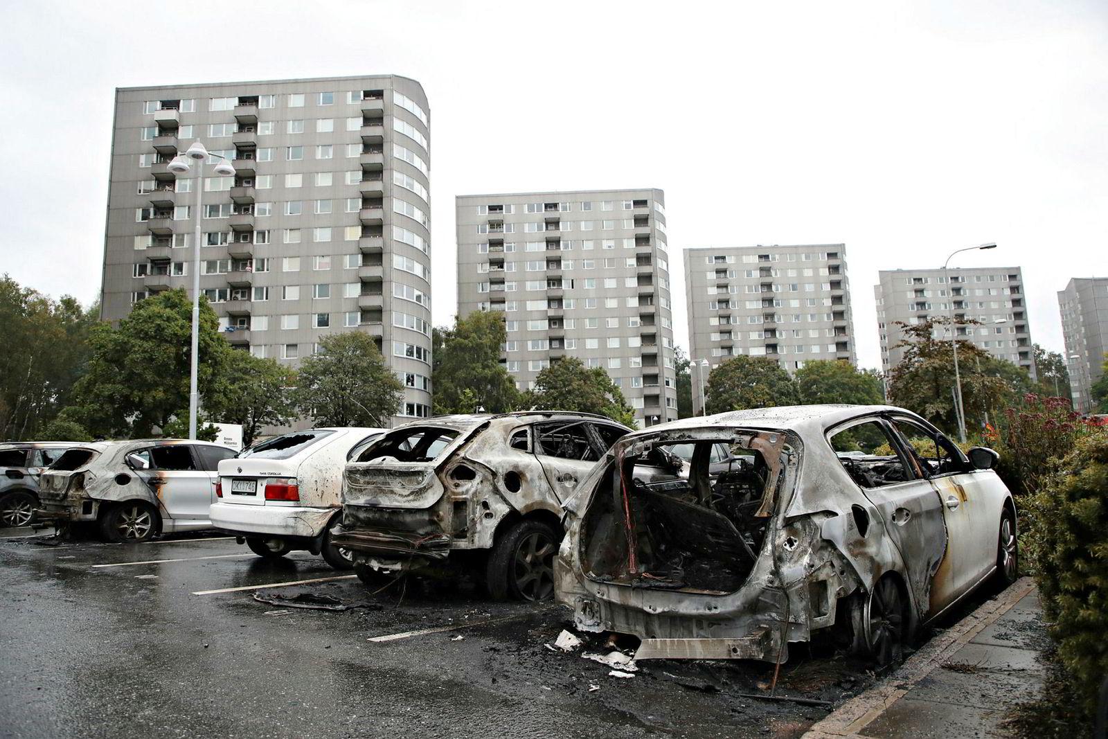 Dagen etter at nærmere 100 biler ble påtent i ulike deler av Vest-Sverige, ble det onsdag satt fyr på ytterligere fire biler. Her fra Frölunda i Göteborg.