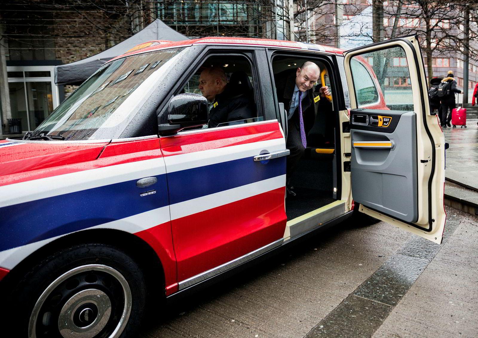 I nesten 70 år har selskapet som nå heter LEVC produsert de tradisjonelle taxiene i London. Torsdag hadde salgssjef Phil Henrick tatt med seg en spesialdesignet, elektrisk drosje til en elbilkonferanse i Oslo for å friste norske drosjeselskaper.