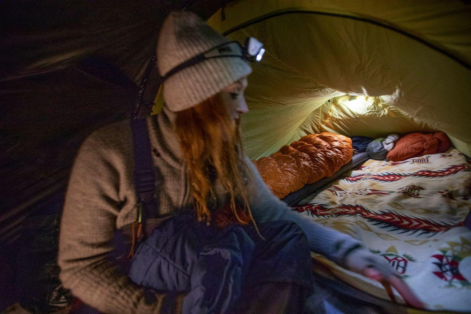 Inne i teltet har Bodil Gilje det lunt og fint. Et medbrakt teppe gjør «gulvet» riktig så hjemmekoselig.