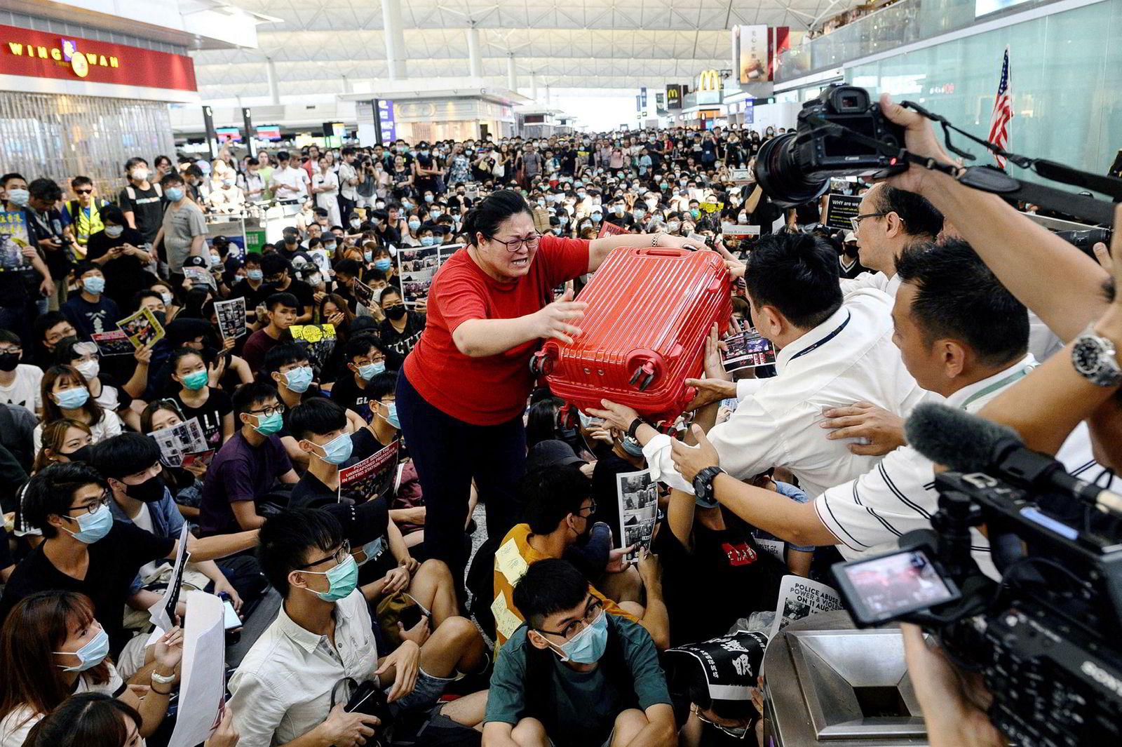 Alle flyavganger ble innstilt for andre dag på rad i Hongkong tirsdag etter at tusenvis av demonstranter blokkerte avgangshallen.