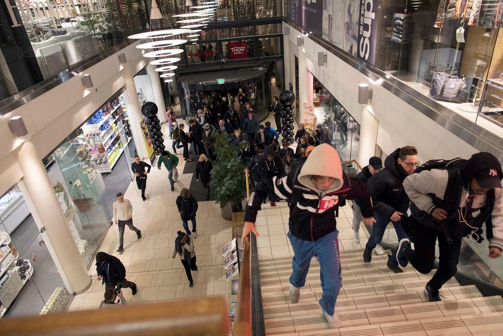 Både på nettet og i de fysiske butikkene gikk mot ny salgsrekord fredag. Her er fra Sandvika storsenter, som åpnet dørene for publikum klokken syv på «Black Friday».