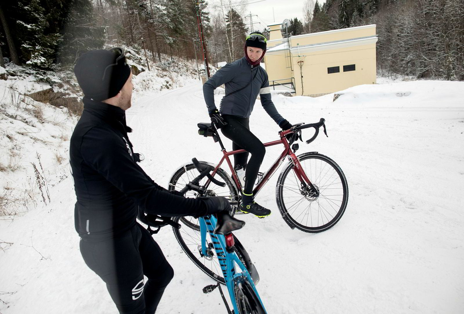 Christian Ekdahl (til høyre) har vært gjennom fem-seks mil sykling ut til Nittedal og tilbake gjennom Nordmarka. sammen med Julis Strömberg når han støter på Arjan Boldingh (til venstre). Det er krevende føre og kompisene har gått over ende i marka.