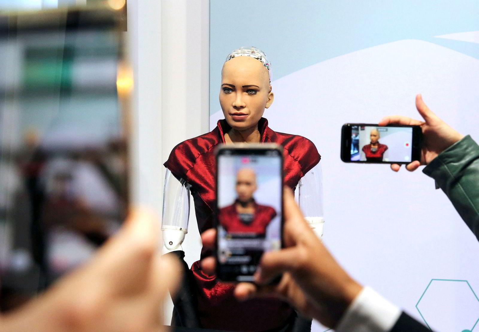 Messen Mobile World Congress åpnet i Barcelona i februar. Her tar deltagere bilder av Hanson Robotics «Sophia», en robot med svært menneskelige trekk.