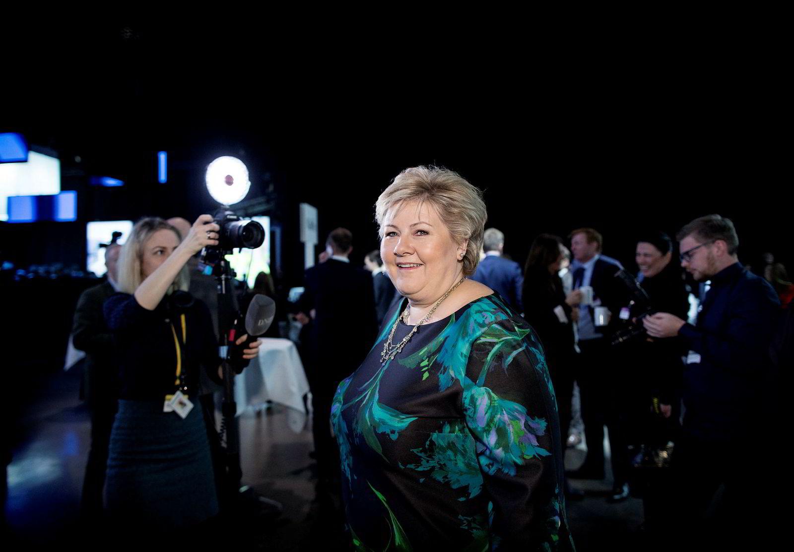 Statsminister Erna Solberg på vei inn til sceneområdet under NHOs årskonferanse i Oslo Spektrum tirsdag.
