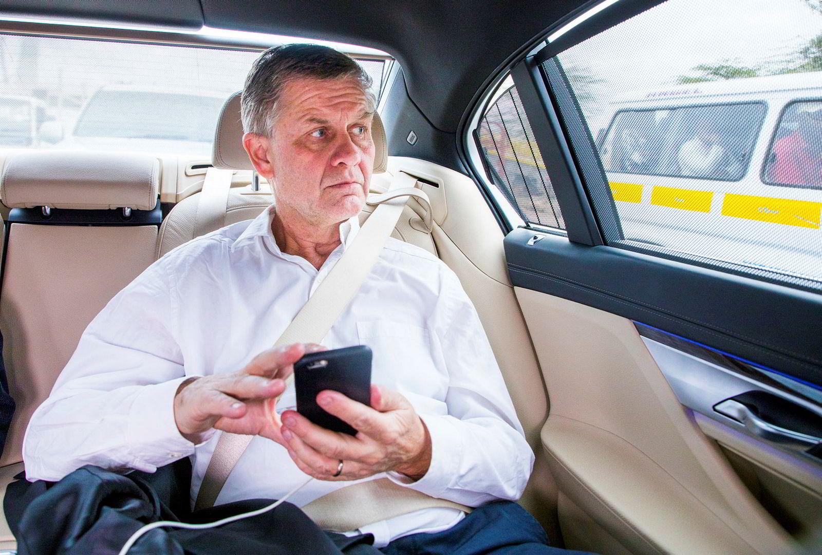 Erik Solheim oppdaterer seg på mobilen mens han kjører FNs forlengede BMW-limousin fra flyplassen til kontoret i Nairobi tidligere i høst.