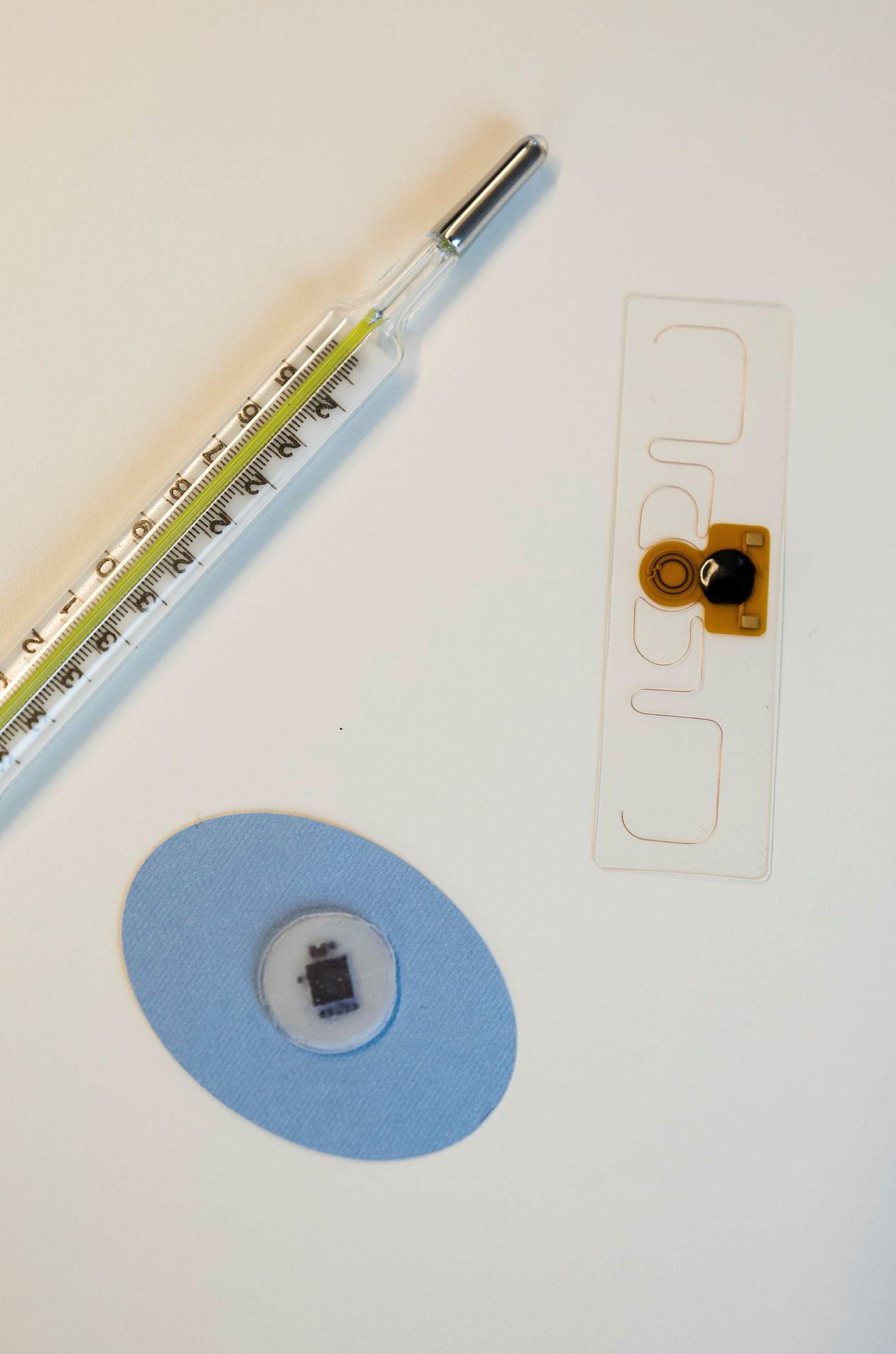 Bildet viser et klassisk termometer, en modell av Onios termometerplaster, samt en prototyp på enheten som skal høste energi fra bakgrunnsstråling, som skal bygges inn i plasteret.