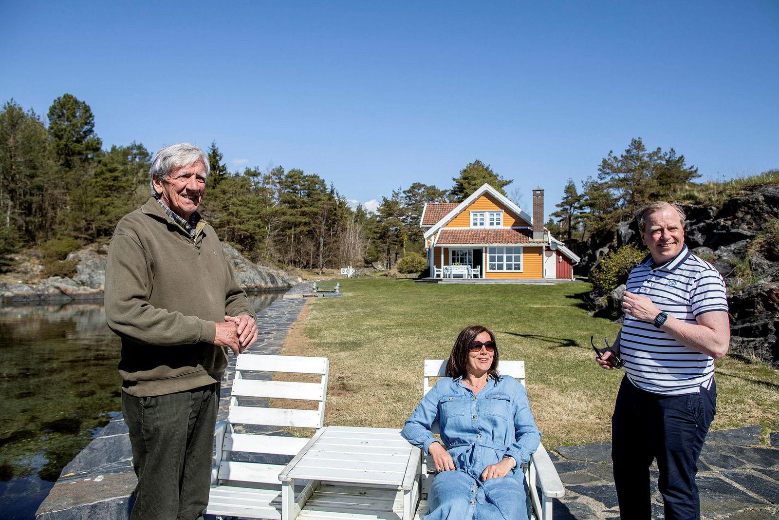 Anton M. Ringøen (t.v.) og datteren Tone Ringøen Baller gjør landstedet klar for visning sammen med eiendomsmegler Gustav Sædberg.