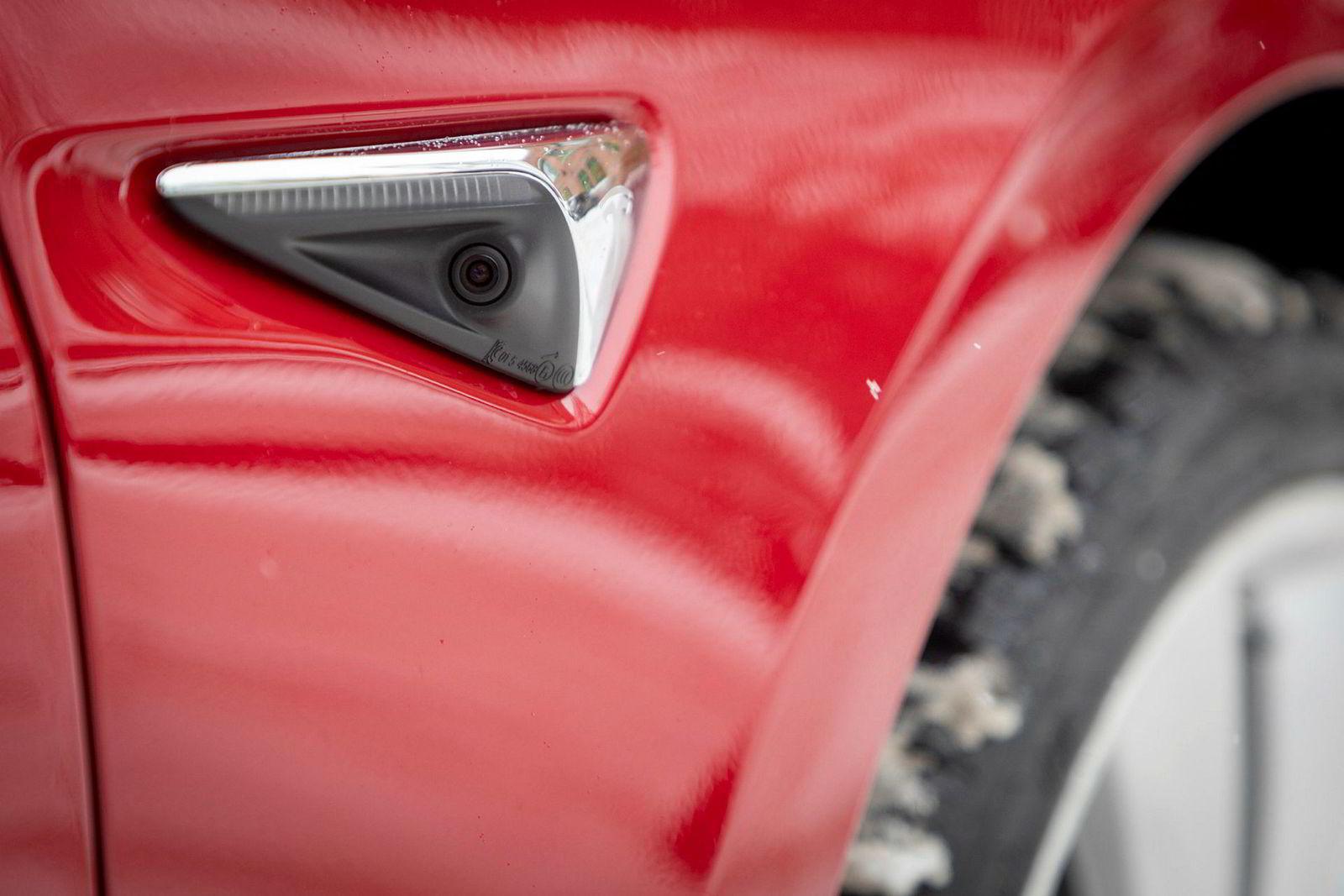 Kameraer rundt hele bilen overvåker trafikken rundt deg.