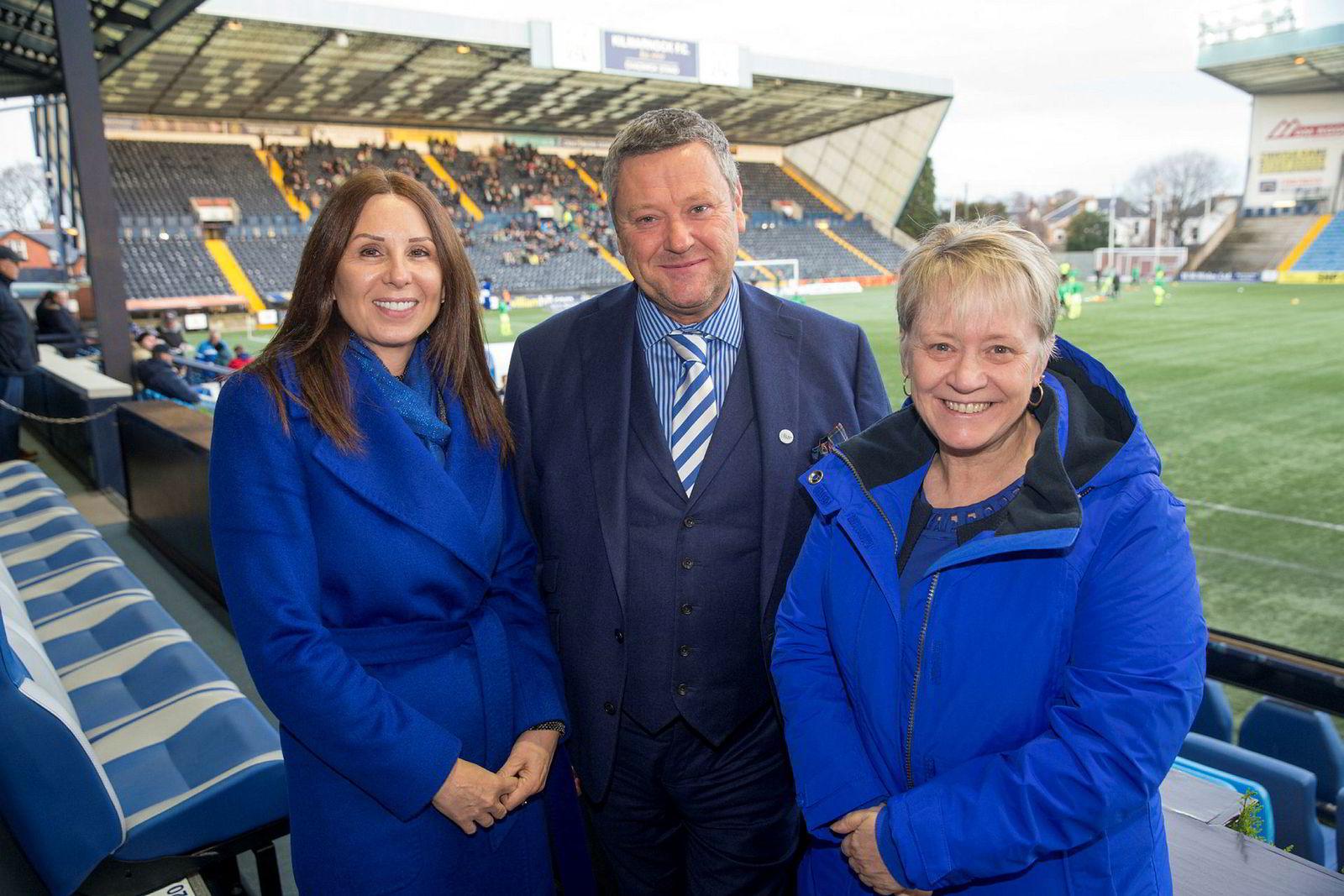 Phyllis McLeish (fra venstre), Billy Bowie og Cathy Jamieson utgjør styret i den skotske fotballklubben Kilmarnock, som har kjøpt billettsystemet til TicketCo.