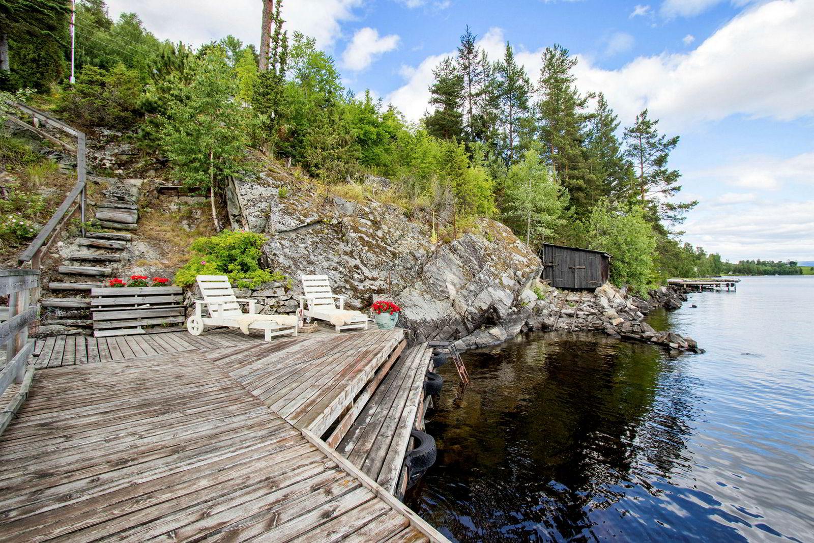 Hytta til 2,7 millioner kroner ved Randsfjorden har egen brygge.