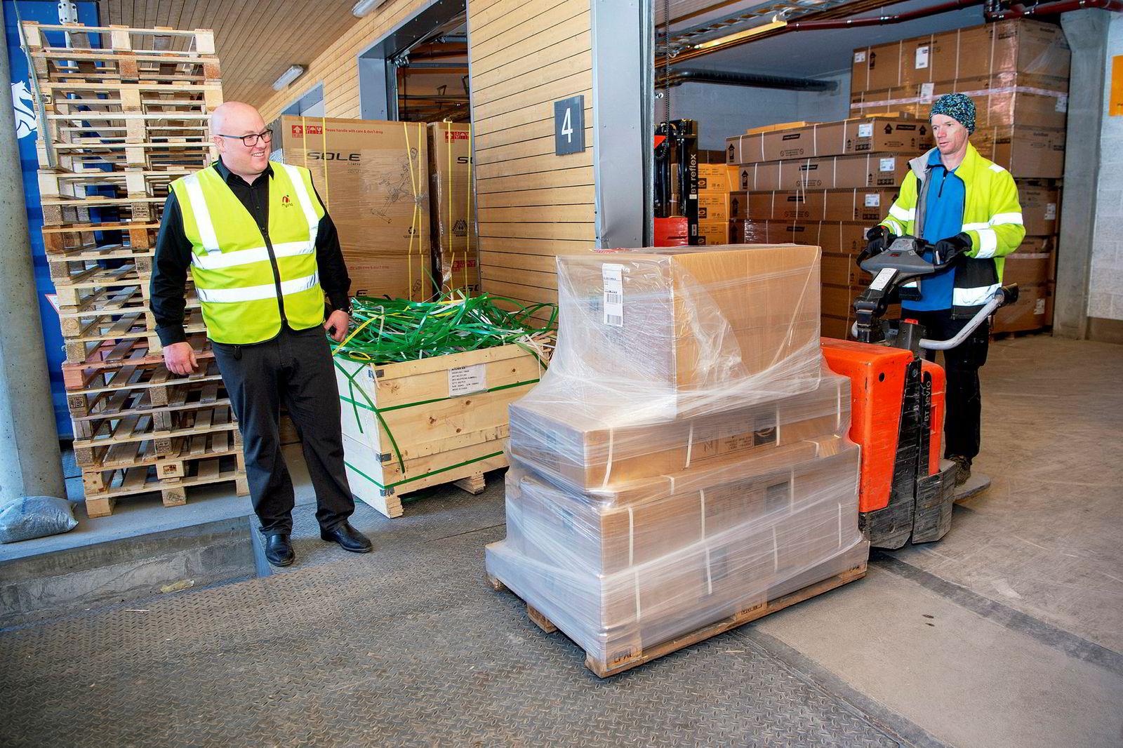 Høy etterspørsel har satt lageret på prøve. Her forbereder Lars Ole Granhaug (t.h.) i Drammen transport utkjøring av utstyr til kunde.