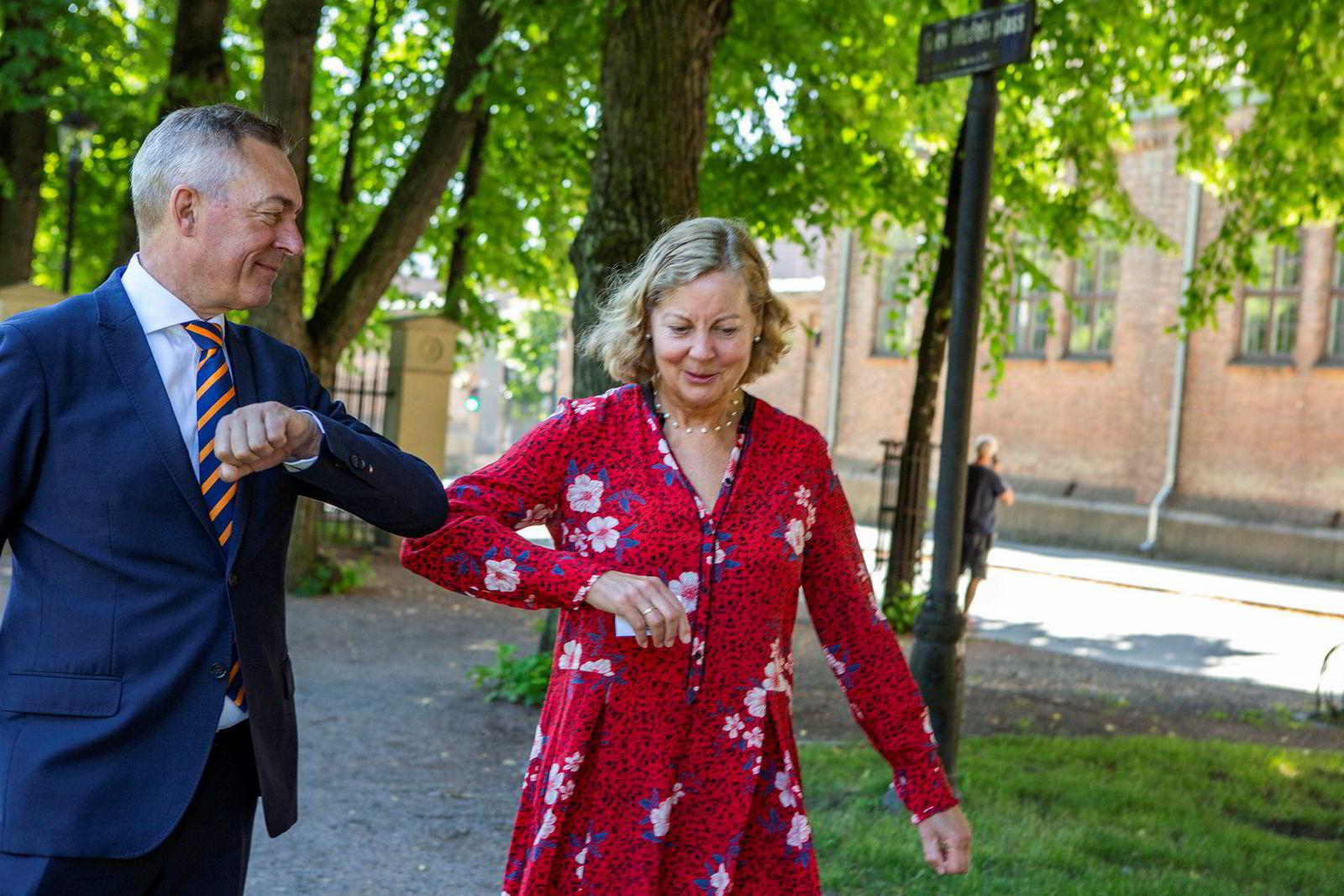 Forsvarsministeren og Berit Svendsen prøver å overholde reglene om sosial distanse når DN møter dem på Grev Wedels plass.