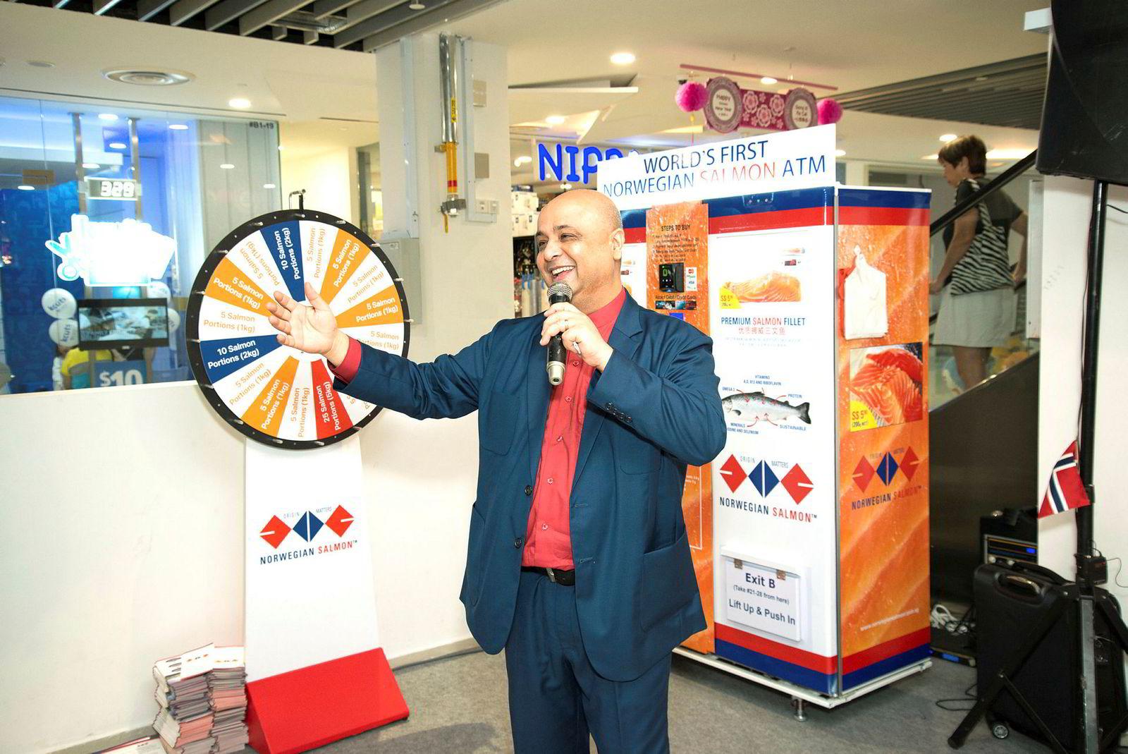 Daglig leder Manish Kumar åpnet den første lakseautomaten i kjøpesenteret Wisteria Mall-Yishun i Singapore sist helg.