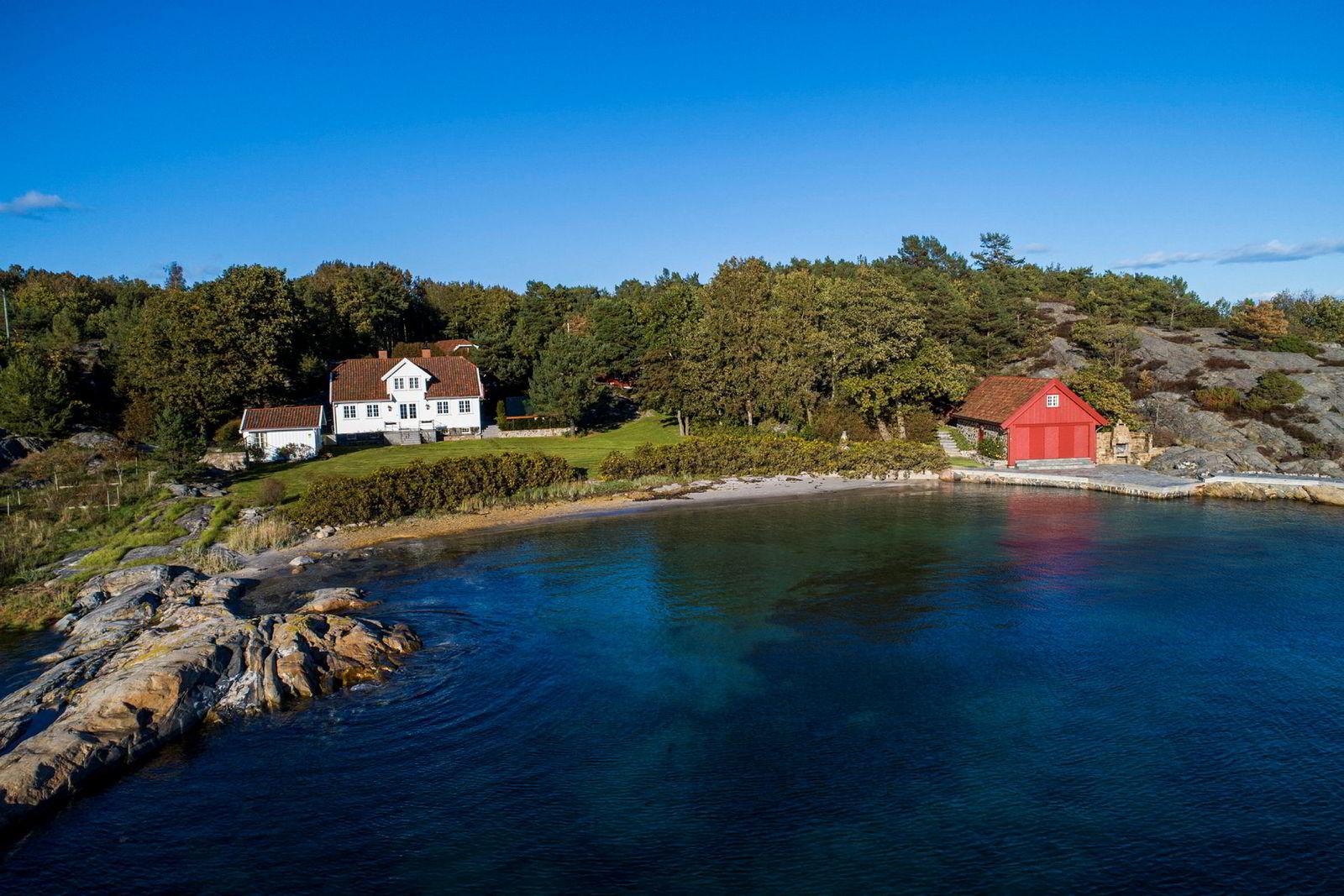 I 2015 kjøpte Einar Aas denne strandeiendommen i Grimstad-skjærgården for 30 millioner kroner. Til våren selges eiendommen.