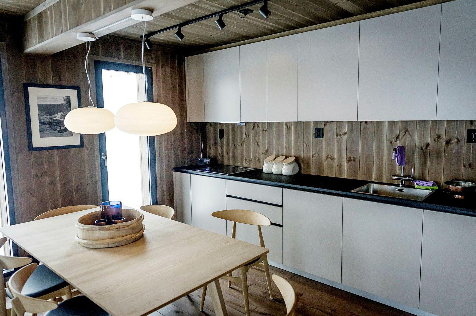 Moderne kjøkken med eikebord lokker Leve Hytter med når de viser frem produktet på Hafjell.