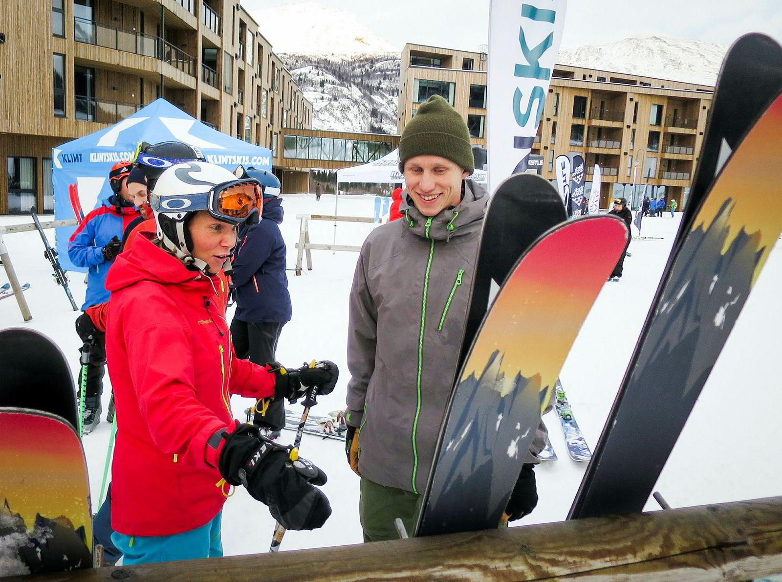 Svenske Ida Hellmark var svært entusiastisk overfor Erling Grøstad, daglig leder i SGN Skis, da hun leverte tilbake skiene hun hadde prøvd under den årlige skitesthelgen i Hemsedal i starten av desember.