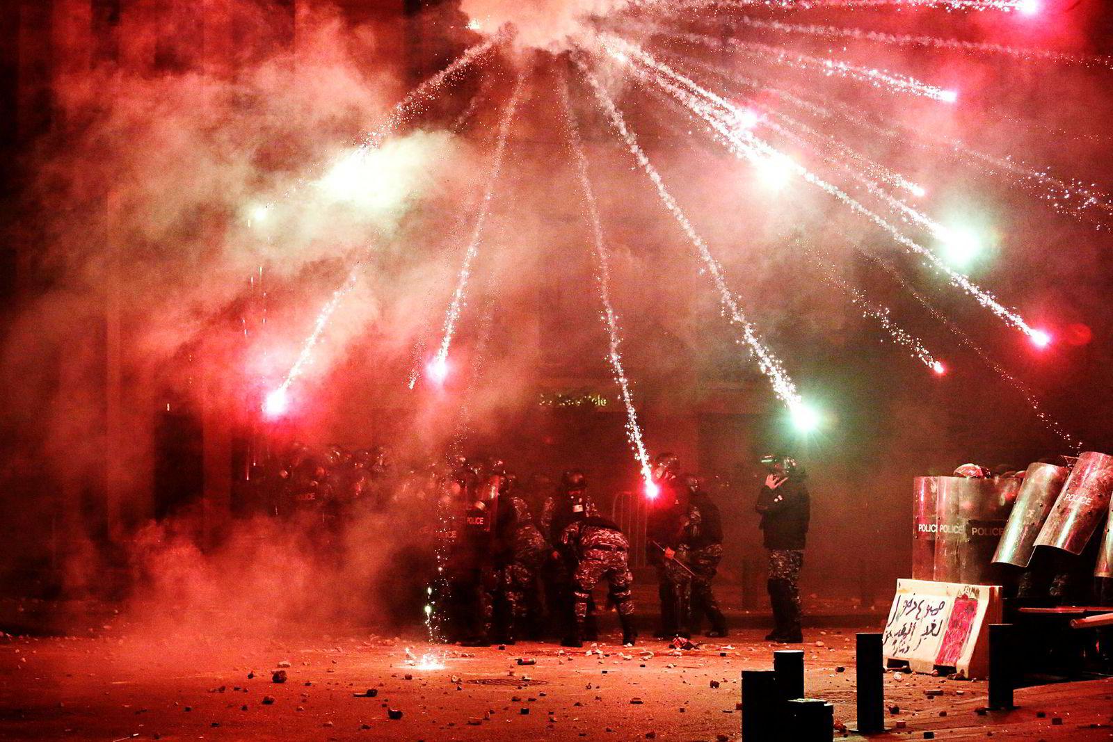 Fyrverkeri ble også tatt i bruk av demonstrantene som mottrekk mot politiets tåregass og vannkanoner.