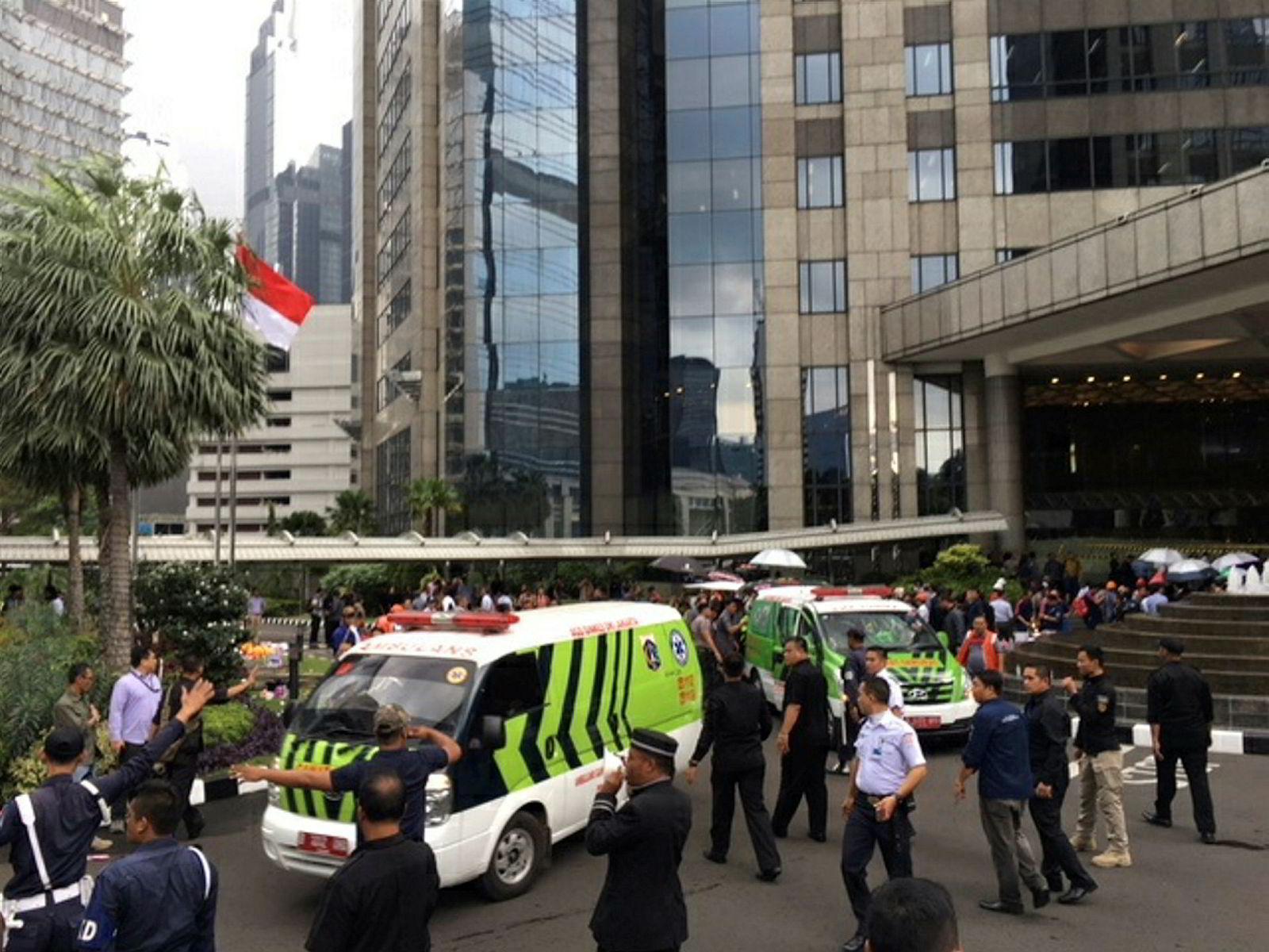 Ambulanser på plass utenfor Jakarta-børsen i Indonesia mandag morgen.