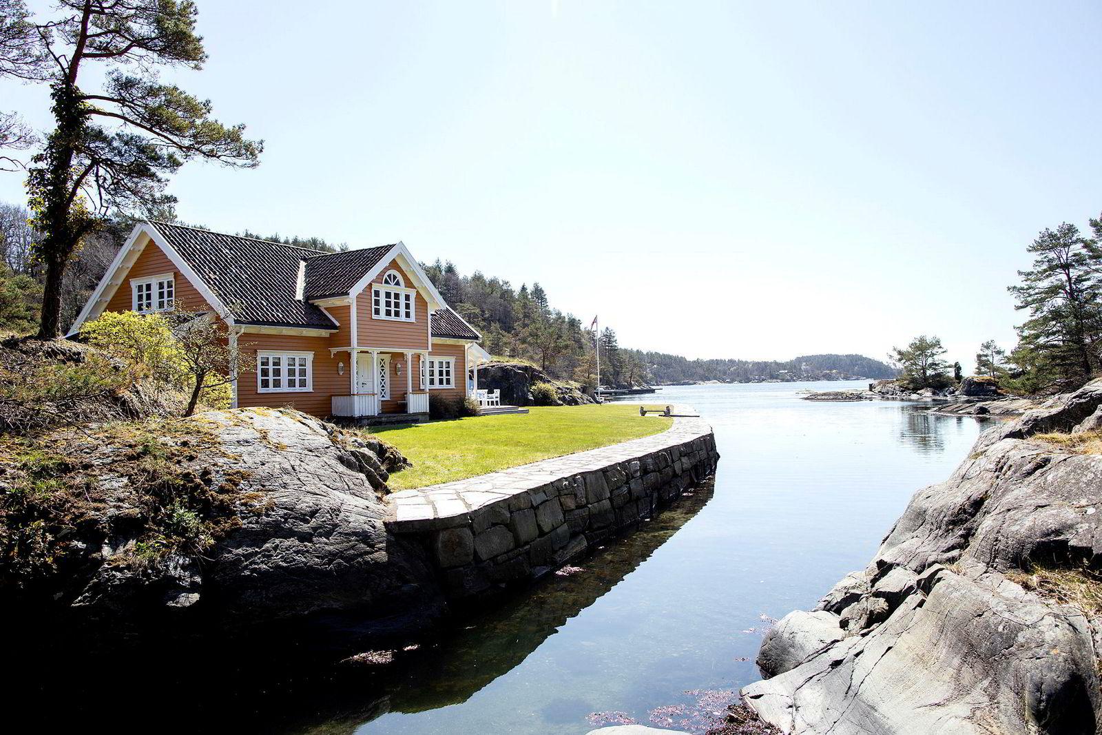Ringøen-familiens eiendom ligger på en egen øy med utsikt ut Kvåsefjorden i Lillesandsskjærgården.