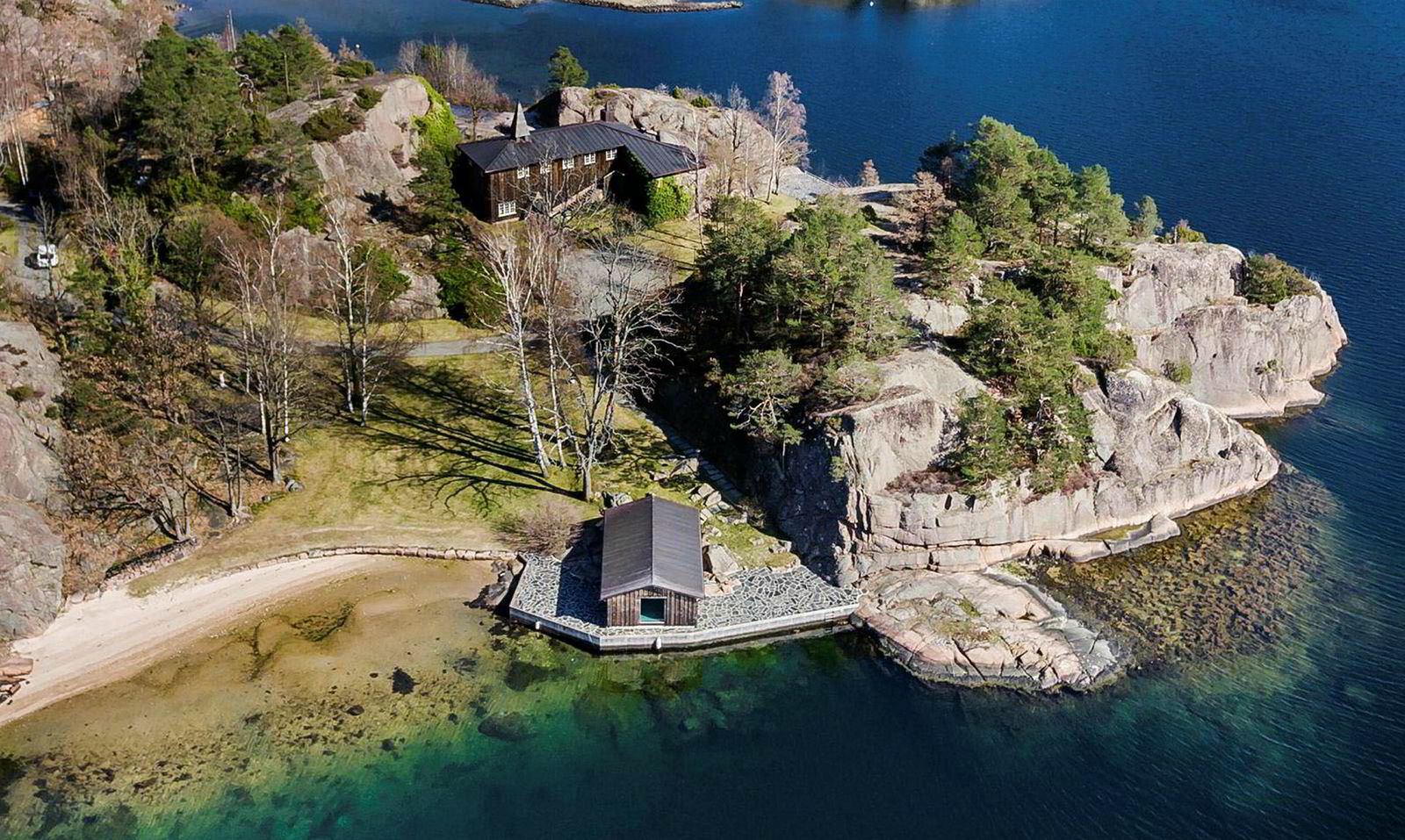 Einar Aas-hytta «Slotte» på Hesnes utenfor Grimstad har en prisantydning på 25 millioner kroner.
