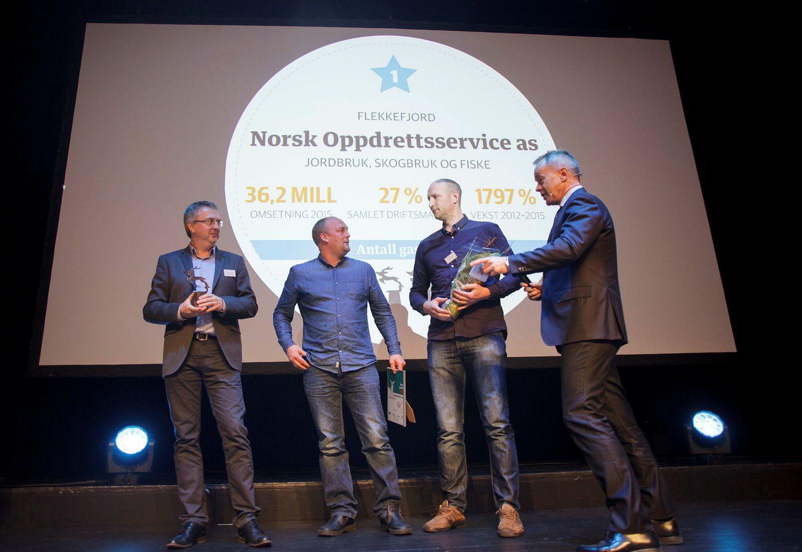 Daglig leder Karl Tron Skarpenes (f.v.) og gründerne Andreas Lindholm og Rune Vatland er kåret til Årets gaselle 2016. DNs sjefredaktør Amund Djuve delte ut prisen.