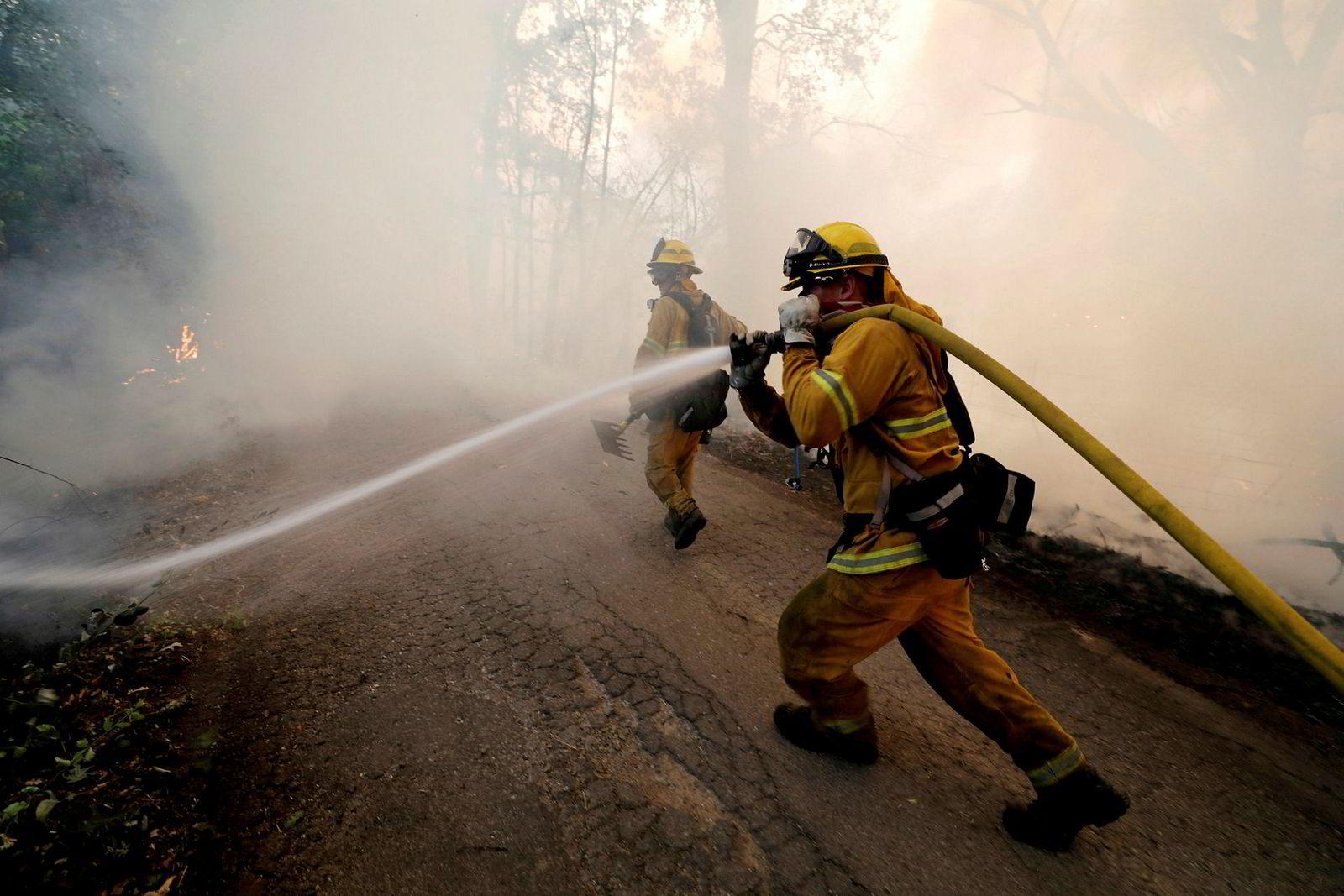 – Det er surrealistisk. Det er utmattende. Mange jobber nå med å bekjempe flammene mer enn 30 dager i strekk uten å få dratt hjem, sa Steve Kaufmann, talsperson for brannvesenet i California, til Los Angeles Times. Bildet viser en brannmann som prøver å stanse spredningen av River-brannen, den ene av to branner som utgjør Mendocino-komplekset.