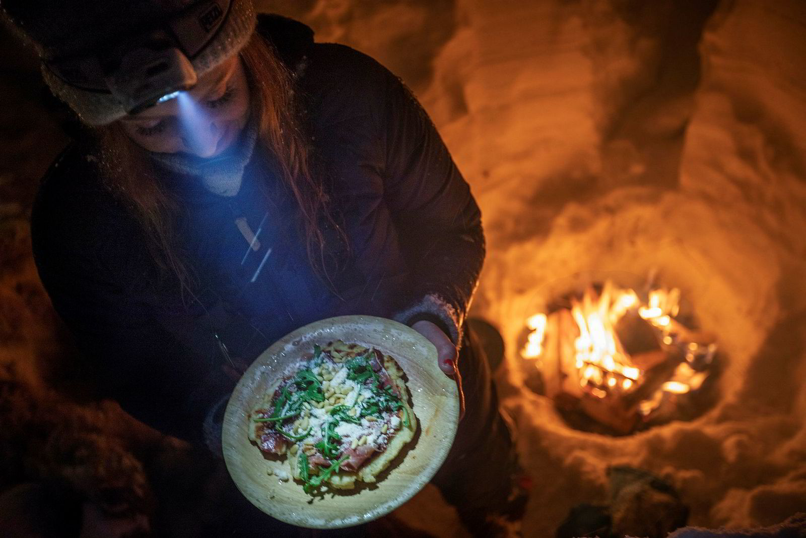 Mat smaker som alle vet ekstra godt på tur. Bodil Gilje har laget pizza på bålet og serverer med pinjekjerner og Ruccola.