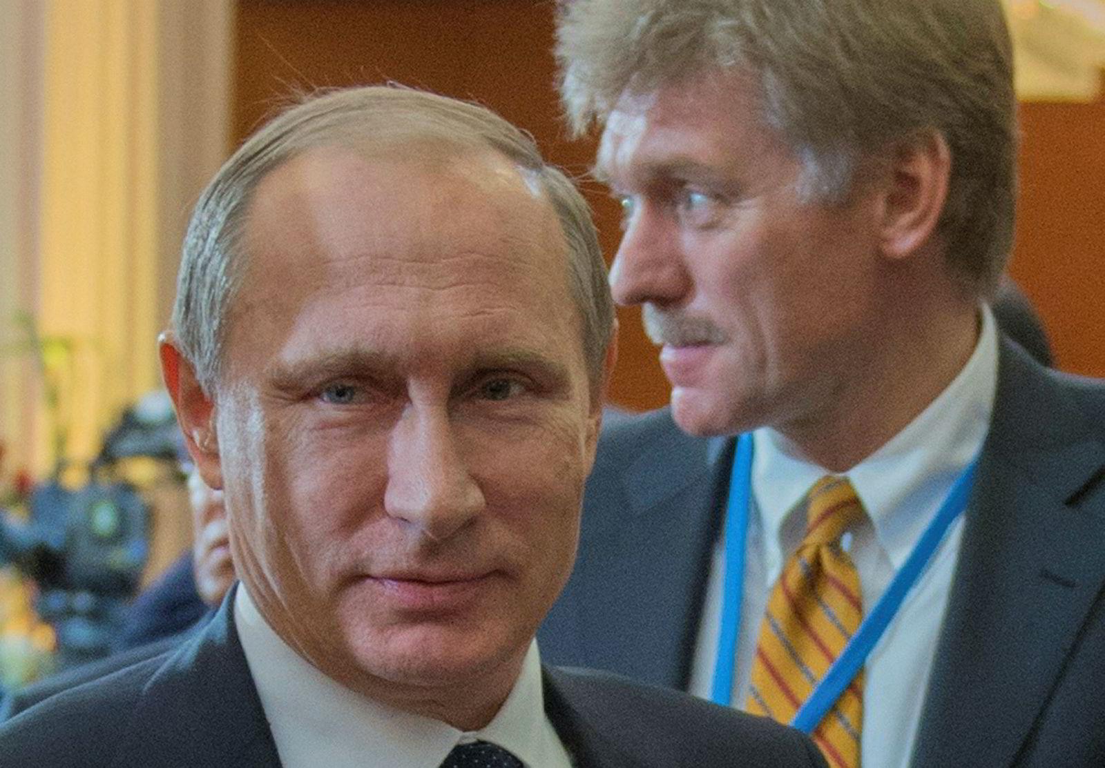 Dmitrij Peskov er ofte å se to skritt bak president Vladimir Putin.