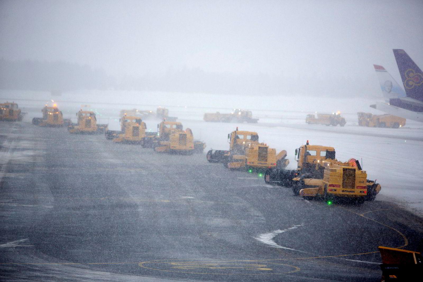 Mange maskiner trengs når det skal ryddes snø på en stor flyplass, som bildet viser på Gardermoen.