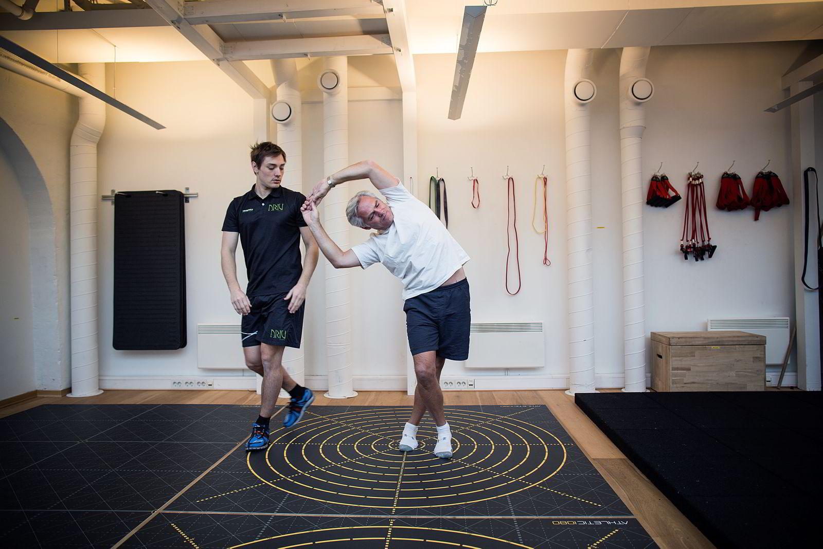 TESTING: PT Eirik Andreassen ved Driv Trening observerer mens Thomas Jøraandstad gjør øvelser på 1080 gulvet. FOTO: