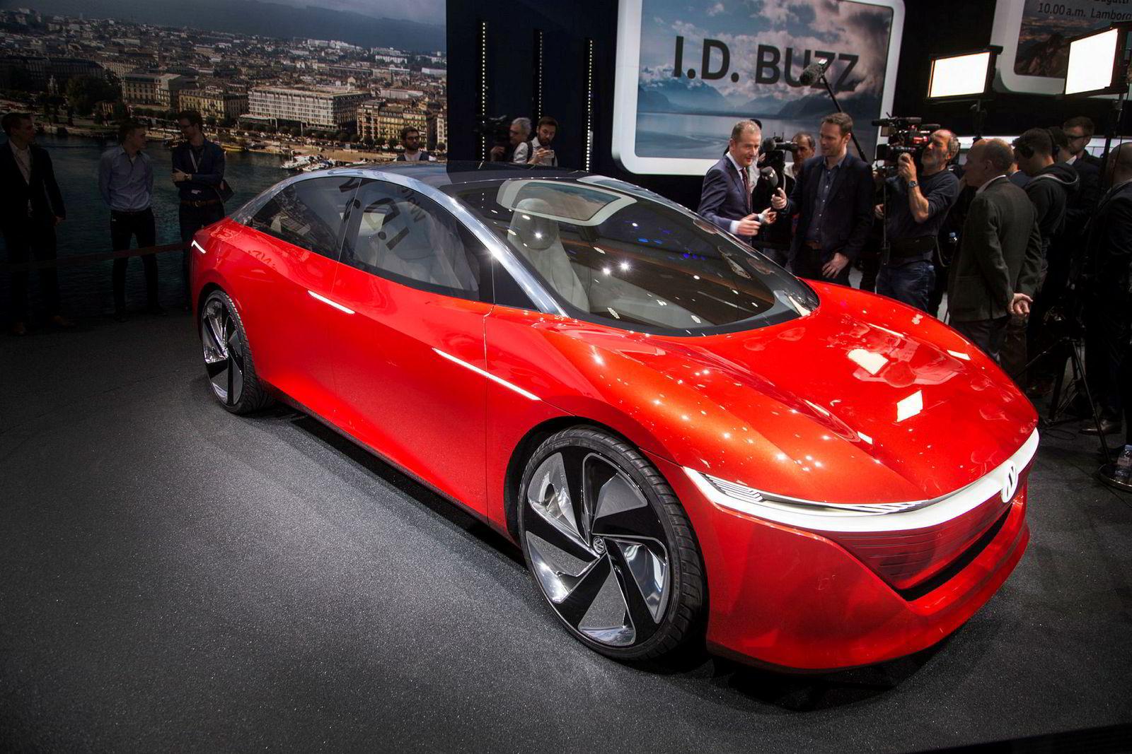Her intervjues merkesjef for Volkswagen Herbert Diess foran konseptbilen Volkswagen I.D. Vizzion i Genève 2018.