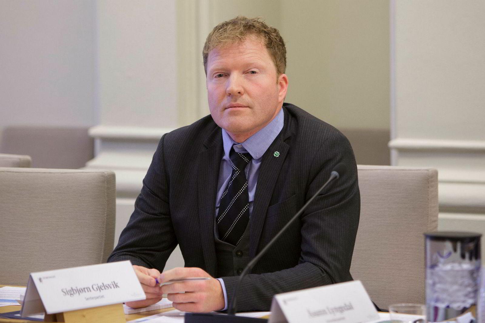 Sigbjørn Gjelsvik i Senterpartiet ber om en ny gjennomgåelse av saken.