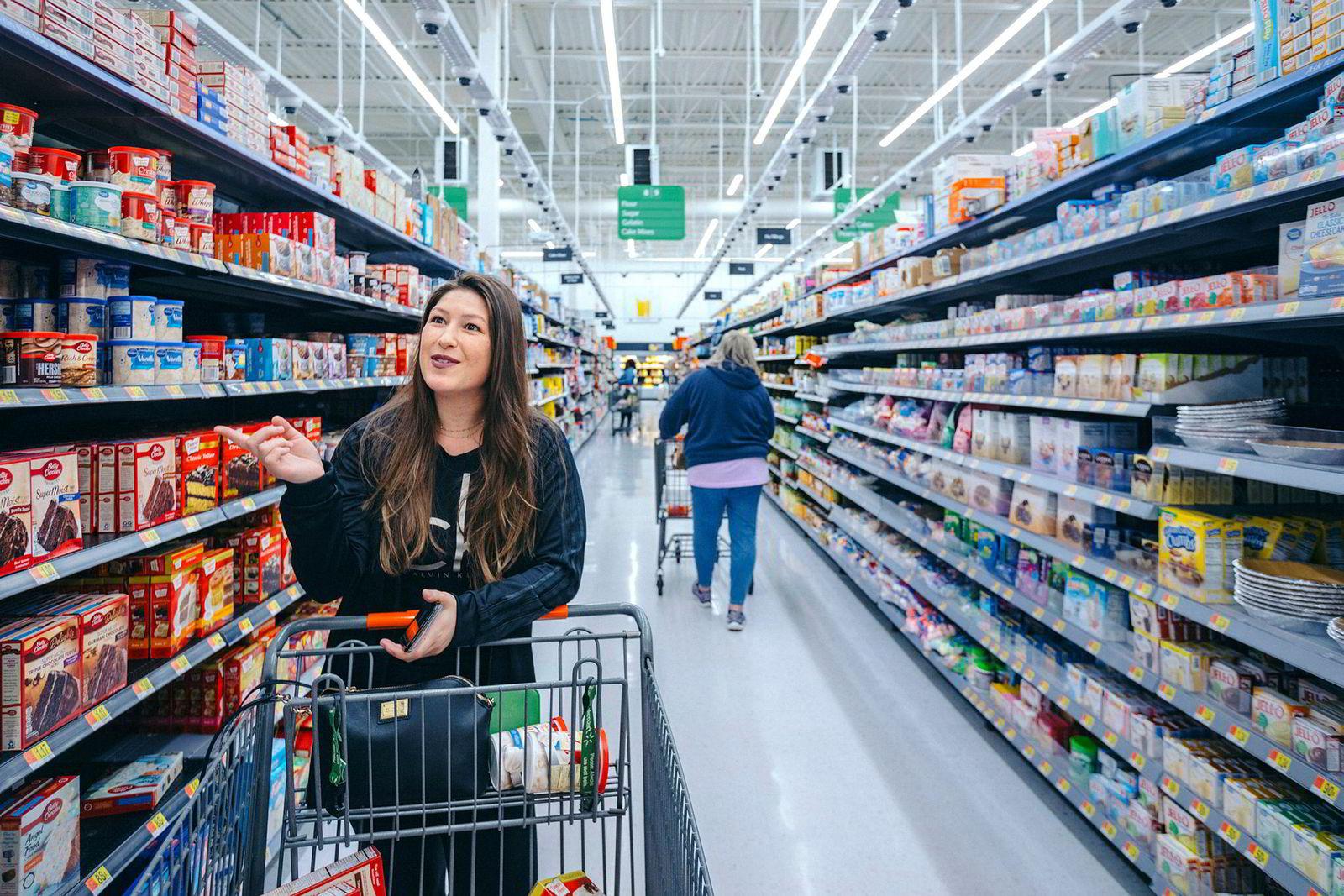 Kameraene i taket følger den minste bevegelse når Sammie Barea shopper i sin lokale Walmart-butikk. Dataene skal brukes til å skape neste generasjons butikker.