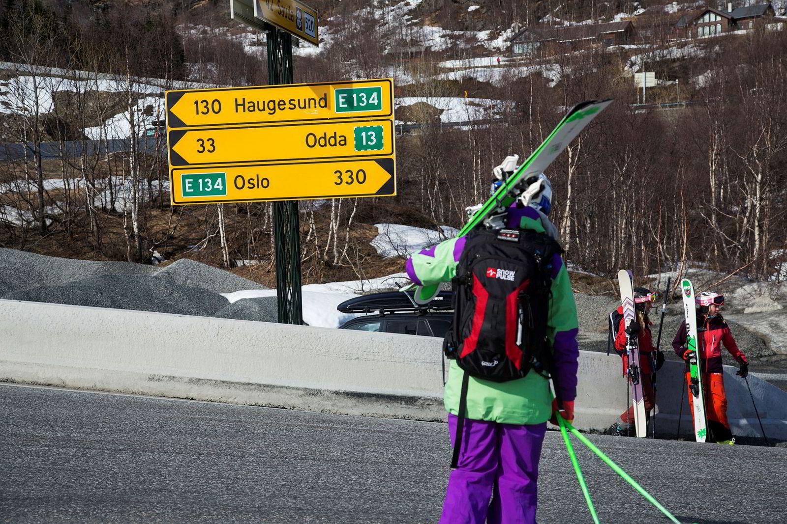 Ane Evjen Mathiesen venter til bilene har passert før hun krysser veien og gjenforenes med Synnøve Medhus og Kamilla Bratteteig. Herfra venter et par minutter i bil før jentene er tilbake i skisenteret.