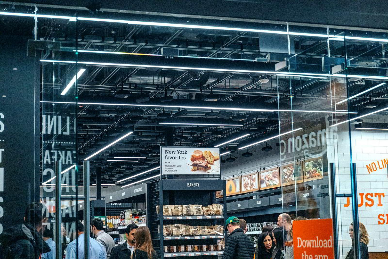 Sensorer i taket som ser alt du tar i AmazonGo butikken i Manhattans finansdistrikt.