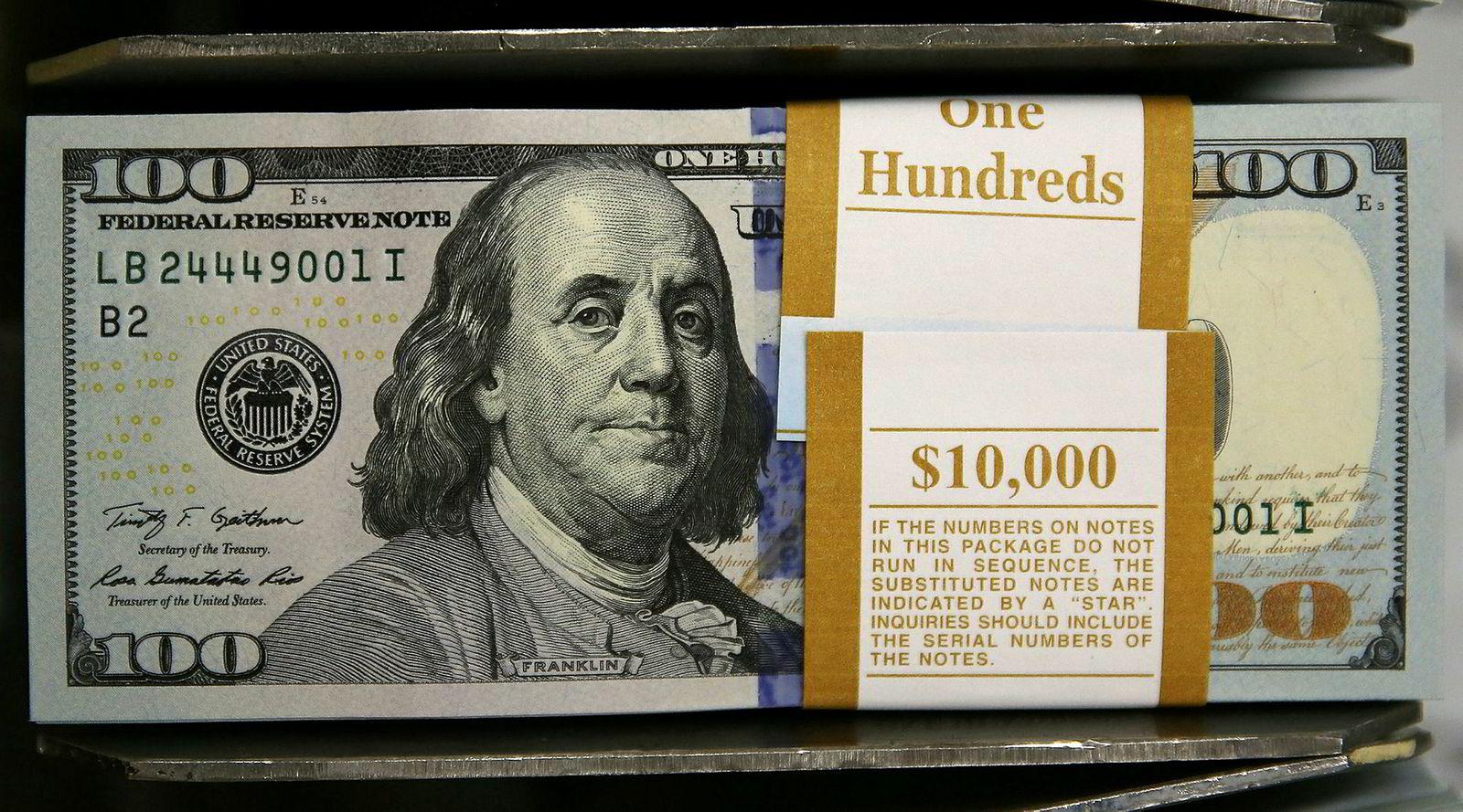 100-dollarseddelen, her etter redesignet i 2013, som med mikrotrykk og nye vannmerker skal gjøre forfalskninger vanskeligere.