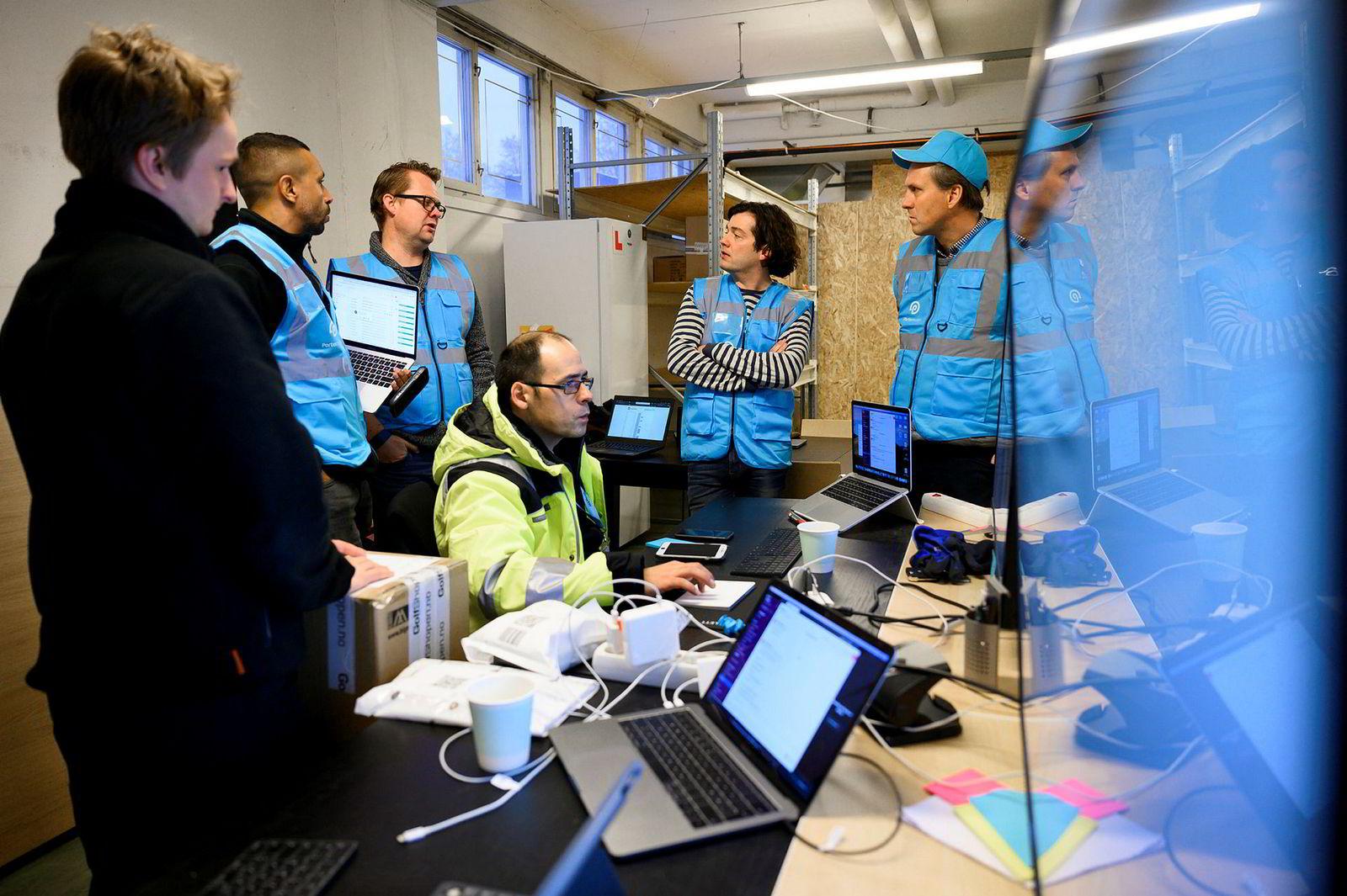 Når alle pakkene er kommet inn fra nettbutikkene, optimaliseres kjørerutene gjennom egenutviklet programvare. Fra venstre Eivind Skurdal, Thomas Vangen, Anders Sveen, Ricardo Marcos, Andrew Vance og Tord Störtebecker.