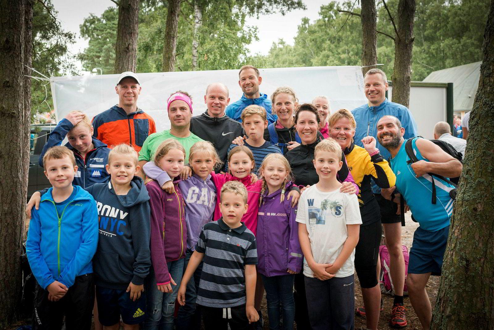 Familiene (nesten) samlet. Fra øverst til venstre: Jon Gerhard Løvendal (41), Håkon Kylland (42), Per Rune Omfjord (45), Christina Sandvand Omfjord (45), Anne Kari Ask Hodneland (38) og Håkon Warloff (43). I rad to: Sebastian Løvendal (13), Kjetil Ask Hodneland (40), Daniel Sandvand Omfjord (13), Kristin Arnesen (41), Mette Meinke Justad (43), en ukjent og blid mann som snek seg med på bildet. Foran: Sondre August Løvendal (10), Ørjan Ask Hodneland (11), Tuva Meinke Kylland (11), Solveig Sandvand Omfjord (10), Erle Meinke Kylland (8), Anna Ask Hodneland (8), Theodor Warloff (9). Helt fremst: Sigurd Warloff (6). Hvor Rhine Løvendal (41) var da bildet ble tatt, er vanskelig å si. Trolig tok hun massasje.