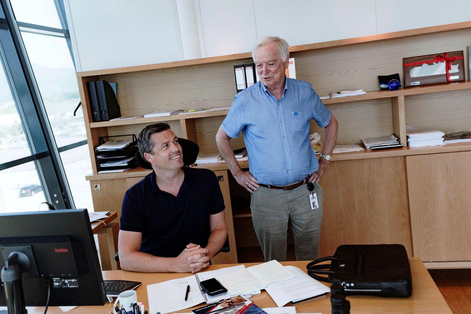 Administrerende direktør Arild Myrvoll (til venstre) i Havila Kystruten og konsernsjef Per Sævik i Havila Holding. Bildet er tatt i Fosnavåg i juli i år.