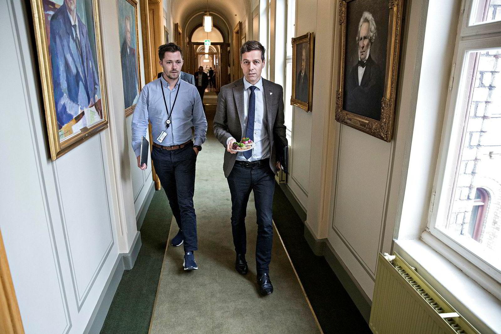 Emil André Erstad (til venstre) er KrF-leder Knut Arild Hareides personlige rådgiver. Her er de på Stortinget under regjeringsforhandlingene i fjor høst.
