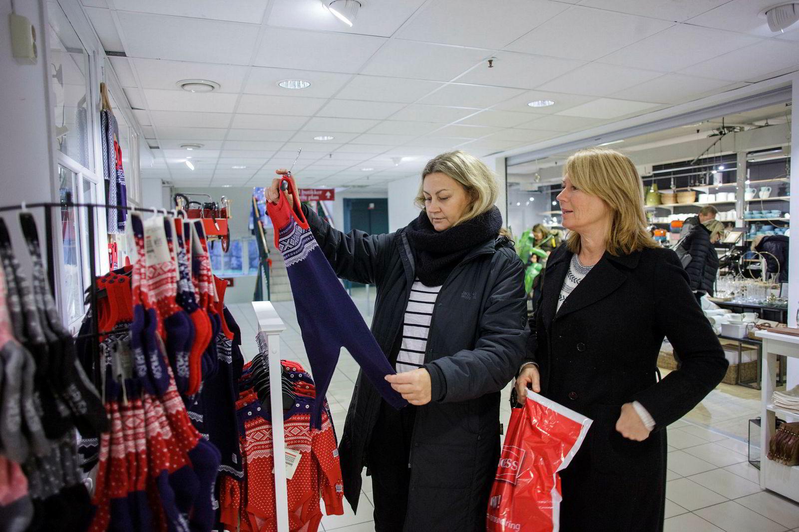 Venninnene Trine Lindberg (til venstre) og Linda Nord holdt seg unna Sandvika storsenter går.