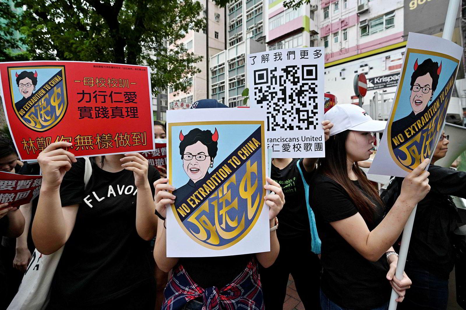 Mange av parolene søndag krevde at byens øverste politiske leder, Carrie Lam, måtte gå av. Hun har støttet det upopulære lovforslaget og har tette bånd til regjeringen i Beijing. Studenter fra et universitet i Hongkong hadde paroler som karikerte Lam med horn.