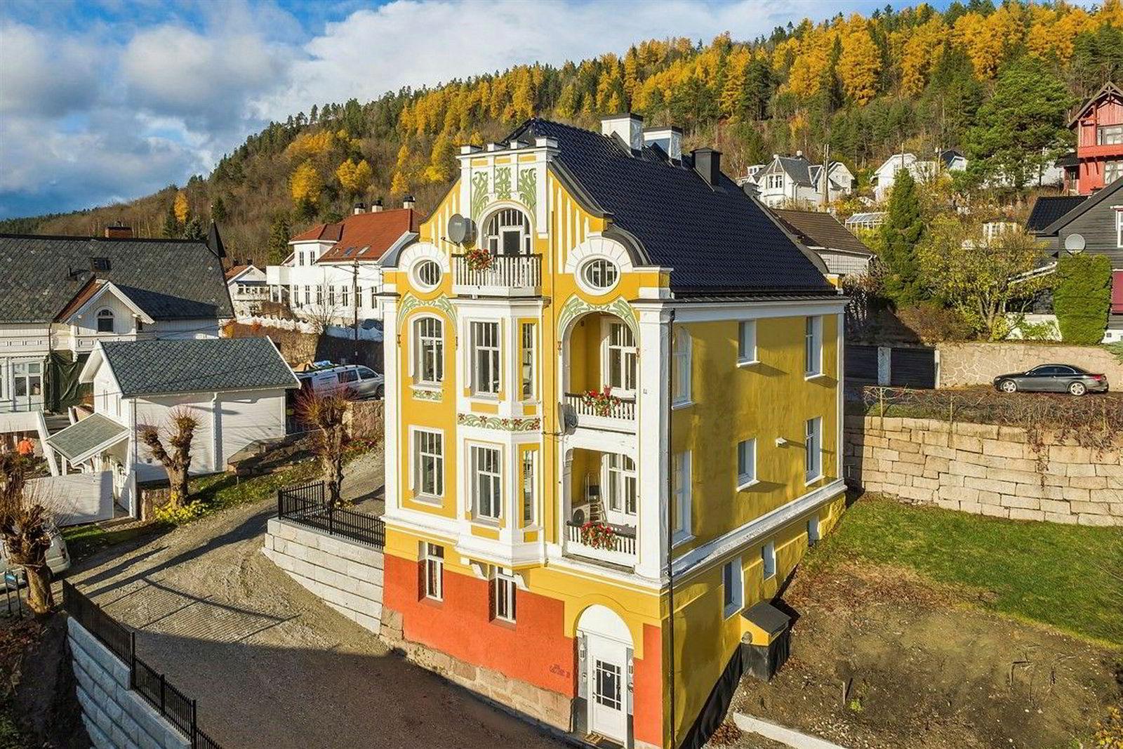 Boligen i Drammen på 366 kvadratmeter inneholder tre seksjoner – tidligere har en av dem vært brukt som tannlegekontor. Prisantydningen er 16 millioner kroner.
