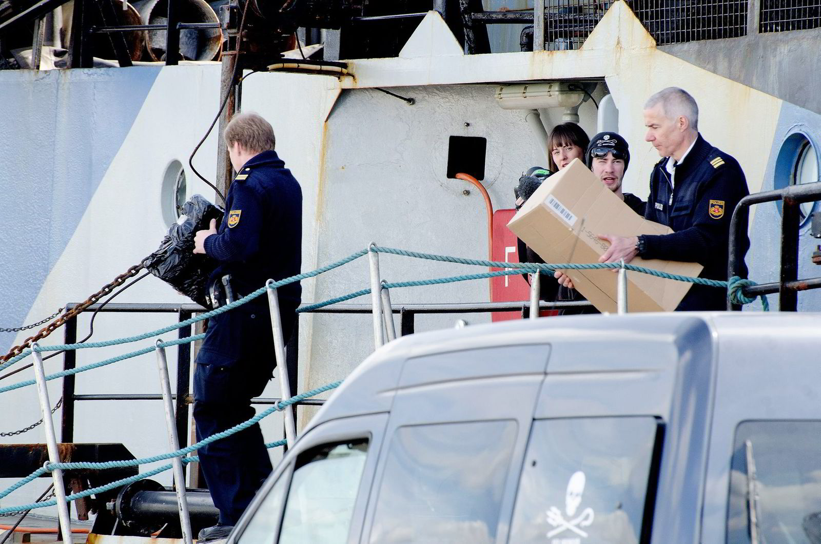 Etterforskere fra miljøkrimavdelingen til politiet i Bremen tok med seg beviser hentet fra «Thunder» like før den sank.