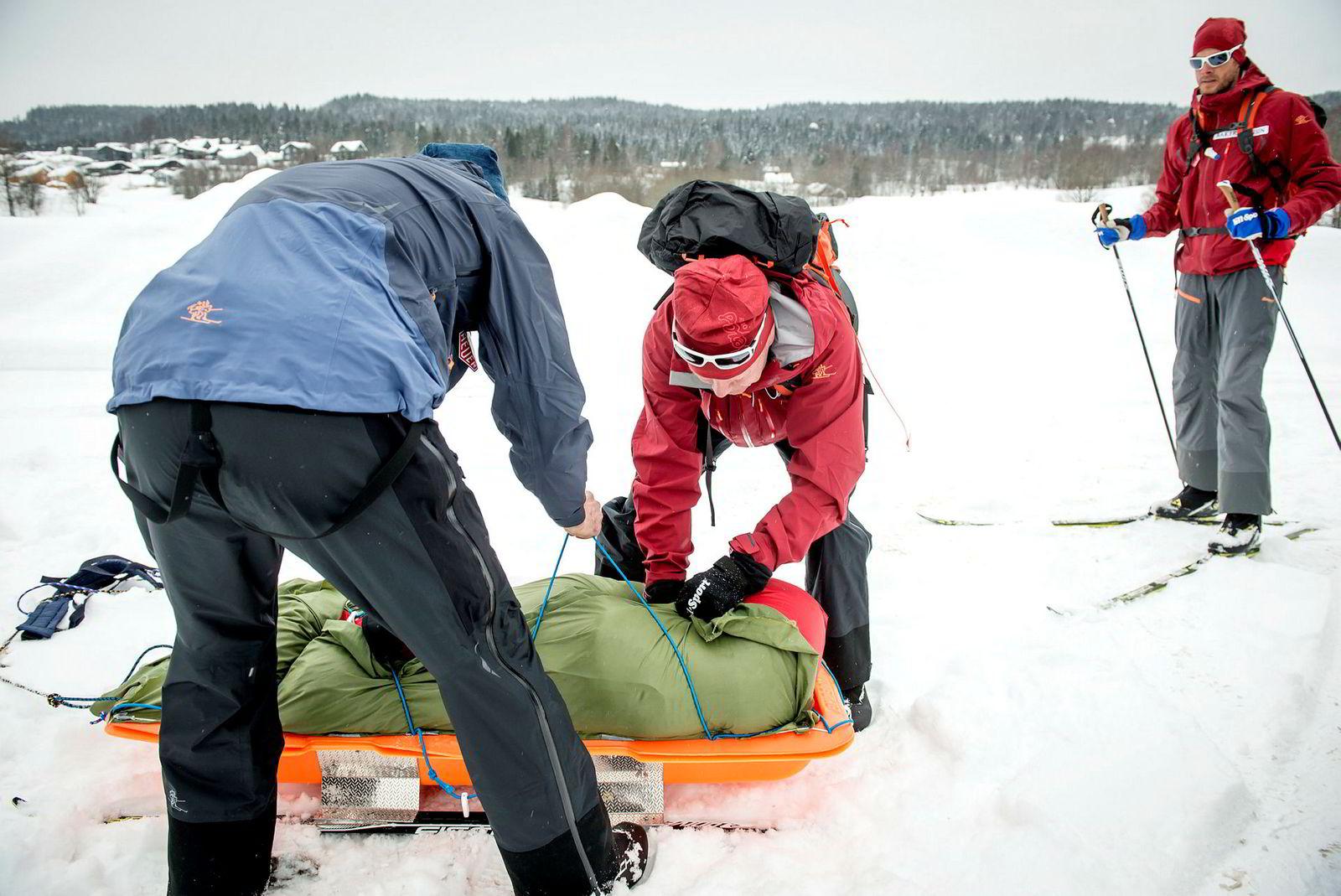 Tre pulker skal dras av fire mann over Grønland. Pulk med ski under veier omtrent fem kilo, der man legger utstyr og forsyninger som veier minimum 20–25 kilo. Den vekten vi avta utover i rekordforsøket når maten fortæres. Skiene under pulken kan fungere som reserveski.