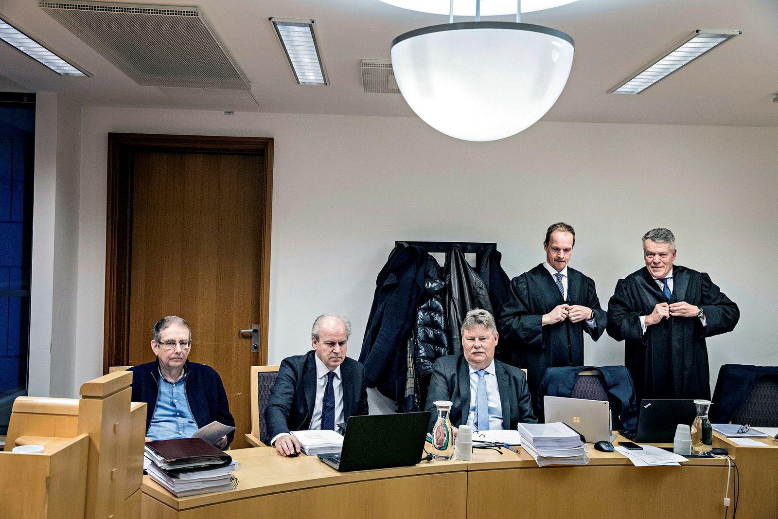 Carl Berg (i midten) tapte på ny kampen om hundrevis av millioner kroner mot Olav Thon. Her er (fra venstre), John Thunes fra Coop Sørvest, medaksjonær Gunnar Skaar, Berg samt advokatene Christian Reusch og Peter Simonsen fra behandlingen i tingretten.