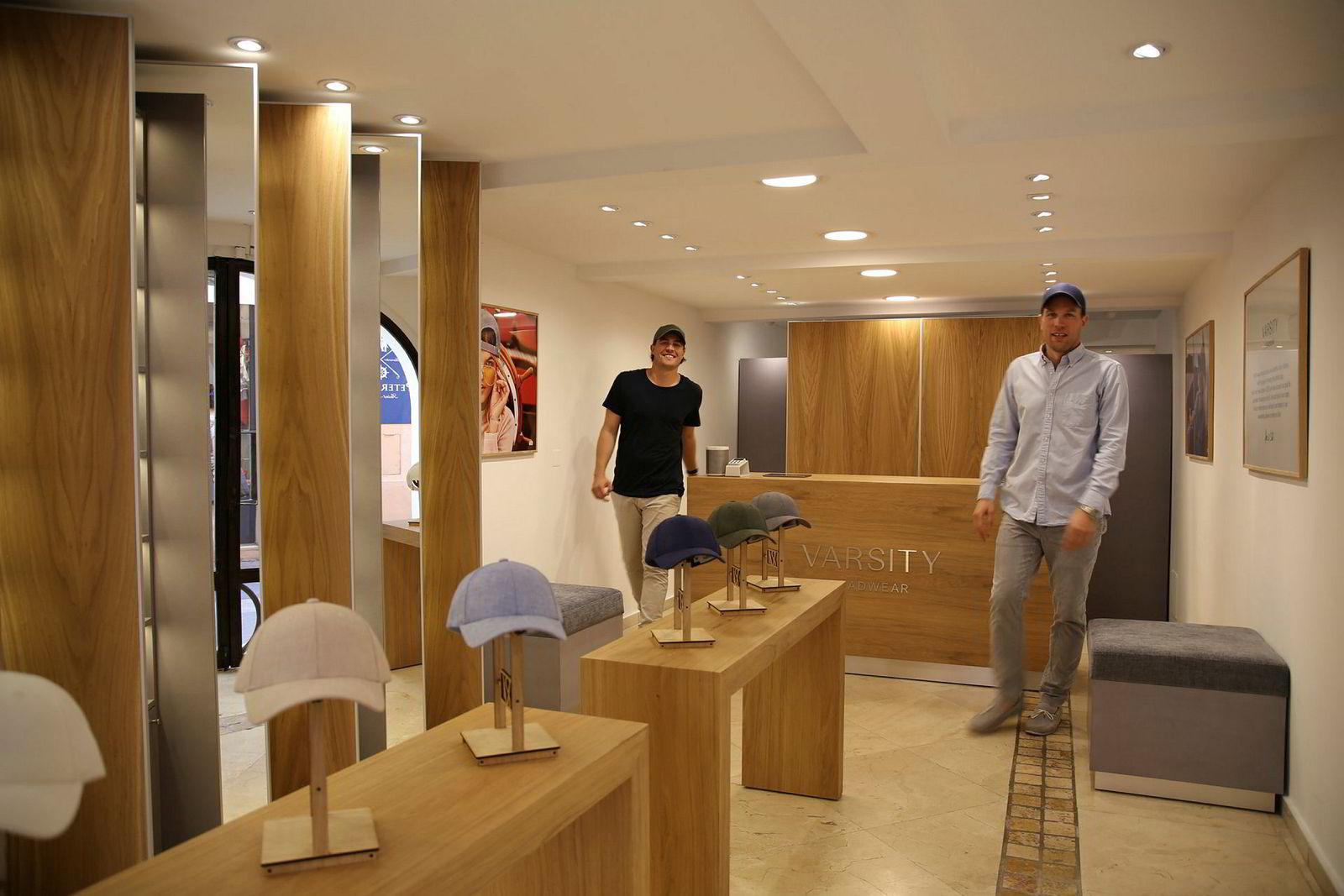 Brødrene Alexander (til venstre) og Sebastian Salvesen Adams i pop-up-butikken i St Tropez.