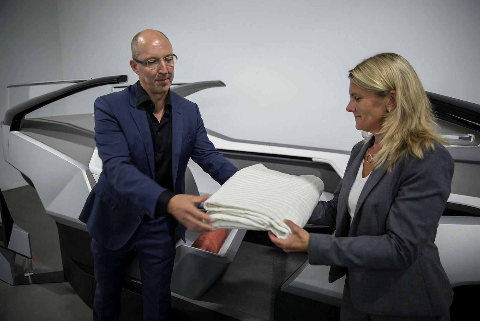 Robin Page, Volvos sjefdesigner og sikkerhetsekspert Lotta Jakobsson viser frem et sikkerhetsteppe som er under utvikling.